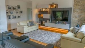 Laura-St-Contemporary-Designer-Home-OShea-builders-2